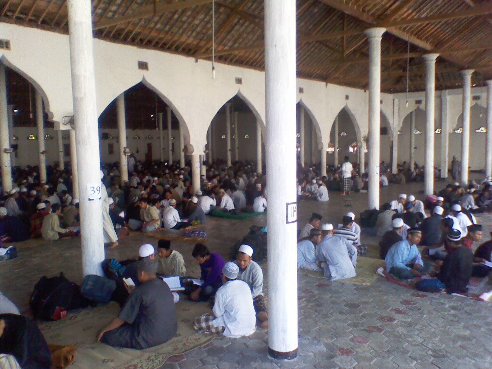 . Para santri Pondok Pesantren Al Fatah, Temboro, Magetan, Jawa
