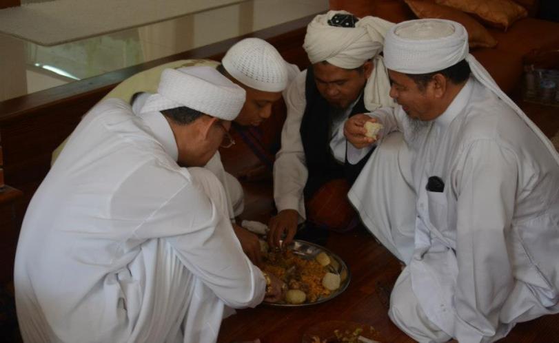 K.H Arifin Ilham sedang Makan berjamaah cara Rasulullah SAW